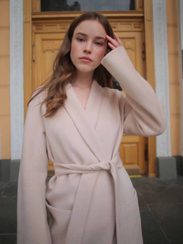 Демисезонное пальто на запах в кремовом цвете_1