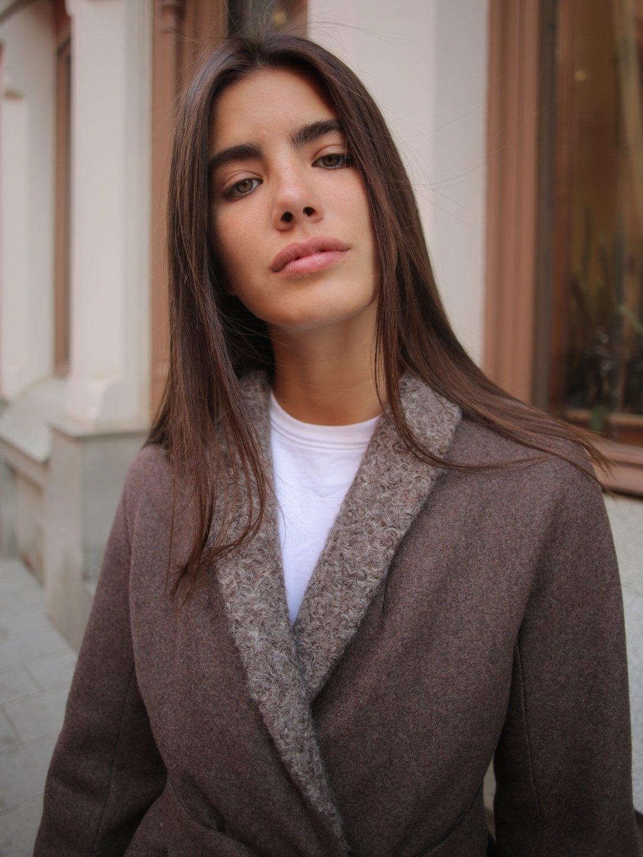 Утеплённое пальто c меховым воротником в цвете табак_2