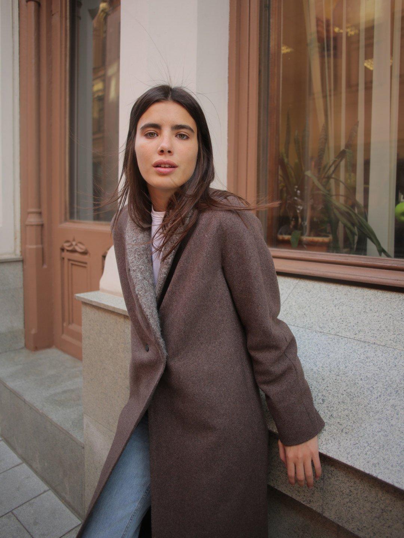 Утеплённое пальто c меховым воротником в цвете табак_4