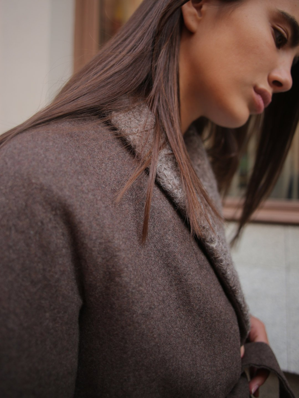 Утеплённое пальто c меховым воротником в цвете табак_6