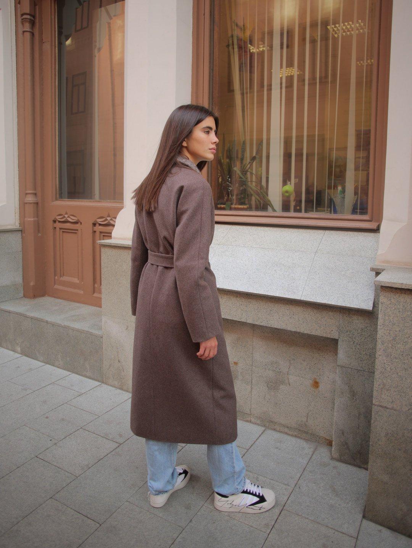 Утеплённое пальто c меховым воротником в цвете табак_7