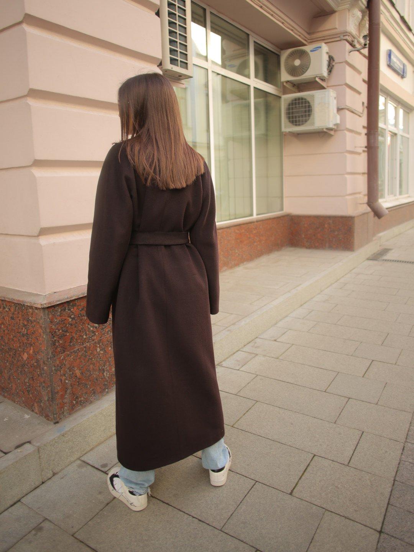 Утеплённое пальто c английским воротником в цвете горький шоколад_5