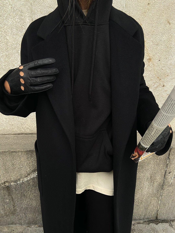 Утепленное пальто с накладными карманами в черном цвете_1