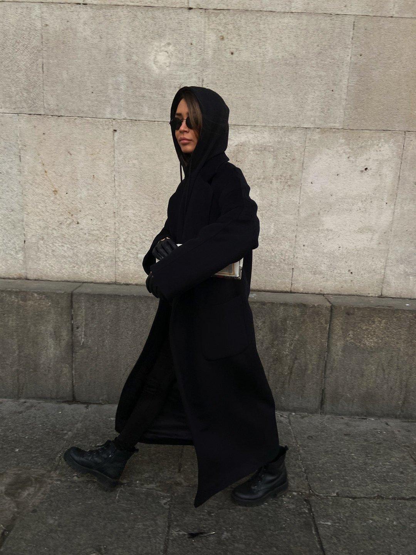 Утепленное пальто с накладными карманами в черном цвете_3