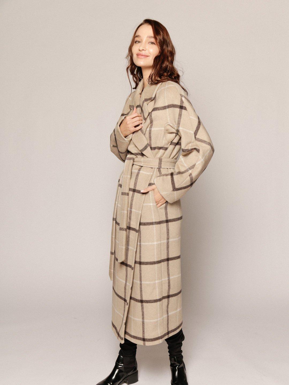 Демисезонное пальто в бежевую клетку с английским воротником_1