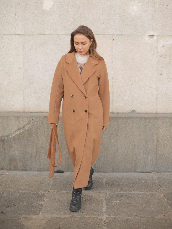 Утеплённое двубортное пальто в цвете кэмел_1