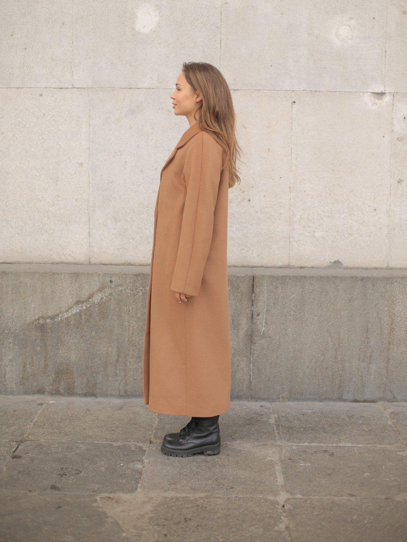Утеплённое двубортное пальто в цвете кэмел_2