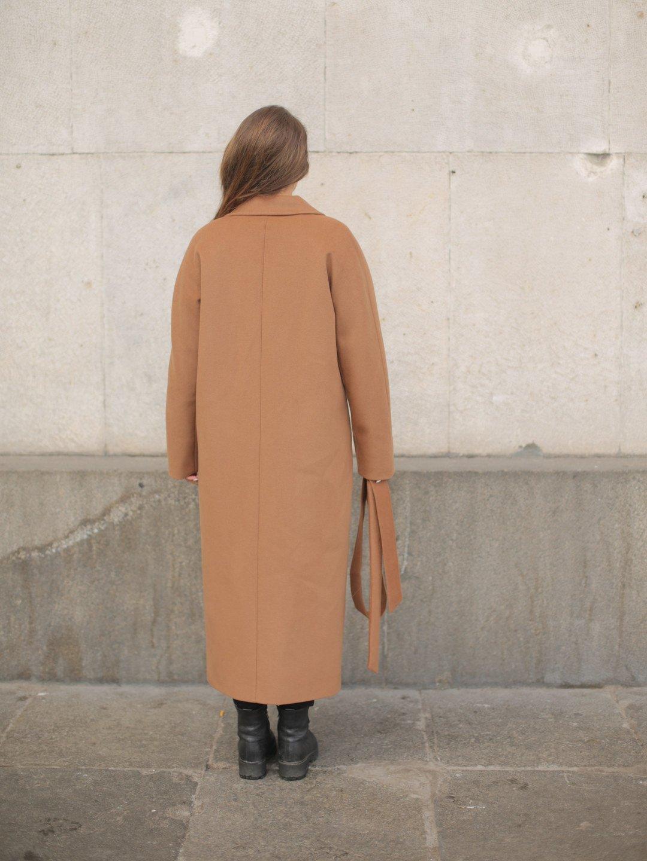 Утеплённое двубортное пальто в цвете кэмел_3