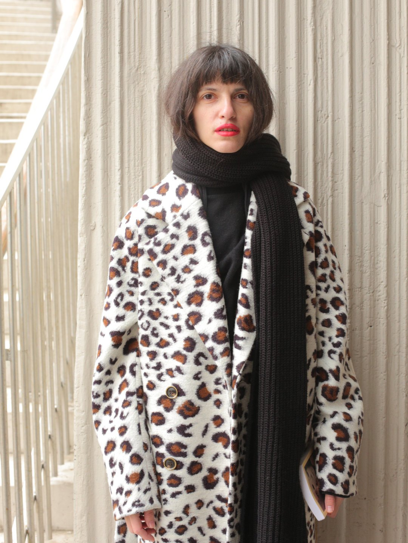 Демисезонное светлое леопардовое пальто с английским воротником_4