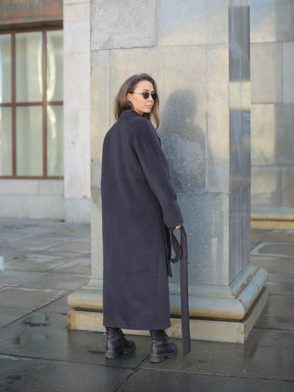 Утеплённое двубортное пальто в черничном цвете_2