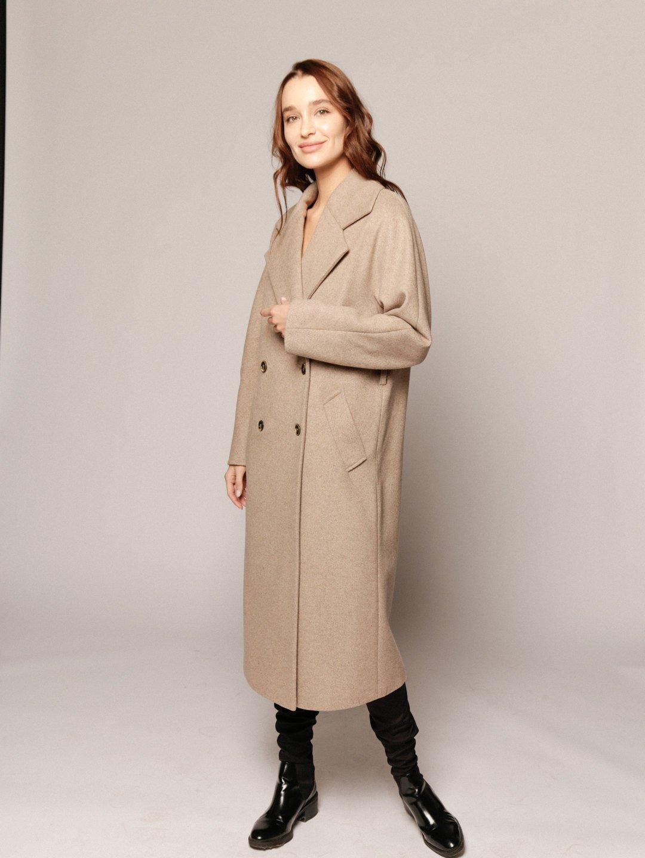 Демисезонное пальто с английским воротником в пшеничном цвете_3