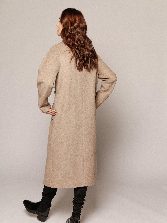Демисезонное пальто с английским воротником в пшеничном цвете_5