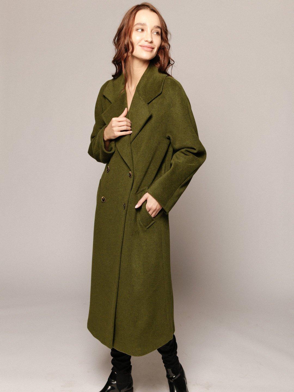 Демисезонное пальто с английским воротником в зеленом цвете_1