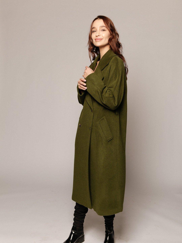 Демисезонное пальто с английским воротником в зеленом цвете_2