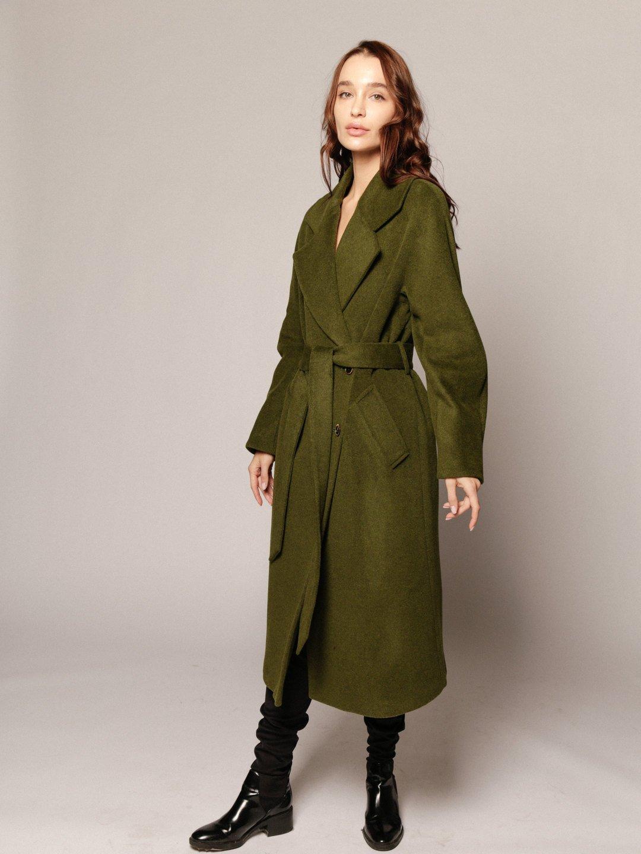 Демисезонное пальто с английским воротником в зеленом цвете_3
