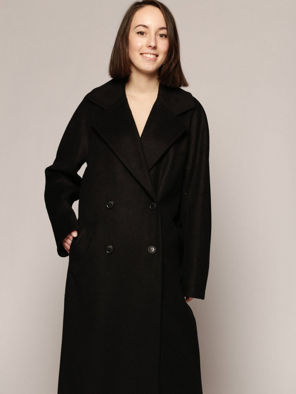 Демисезонное пальто с английским воротником в черном цвете_1