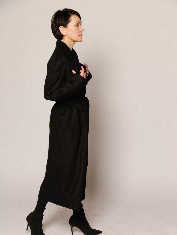 Демисезонное пальто с английским воротником в черном цвете_2