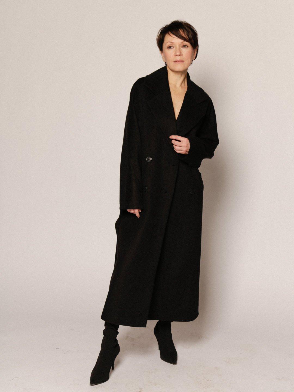 Демисезонное пальто с английским воротником в черном цвете_3