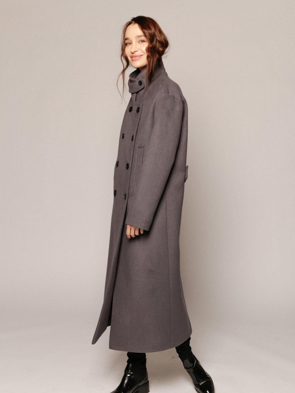 Утеплённое пальто с хлястиком в цвете дым_4