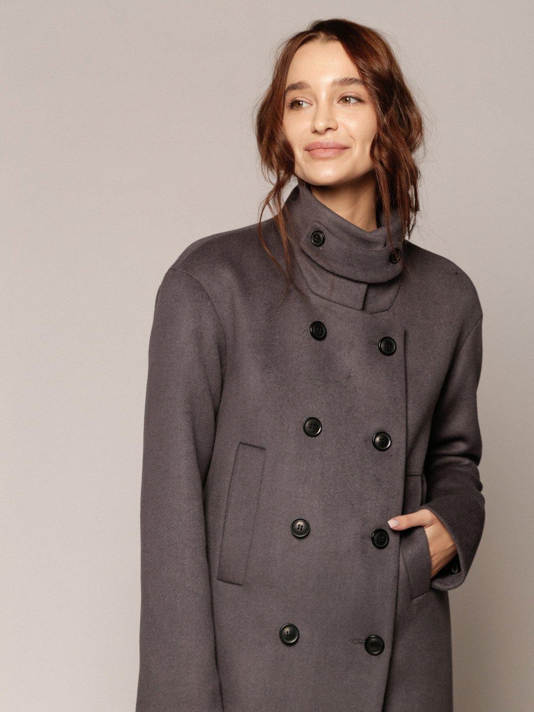 Утеплённое пальто с хлястиком в цвете дым_1