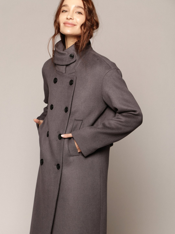 Утеплённое пальто с хлястиком в цвете дым_2