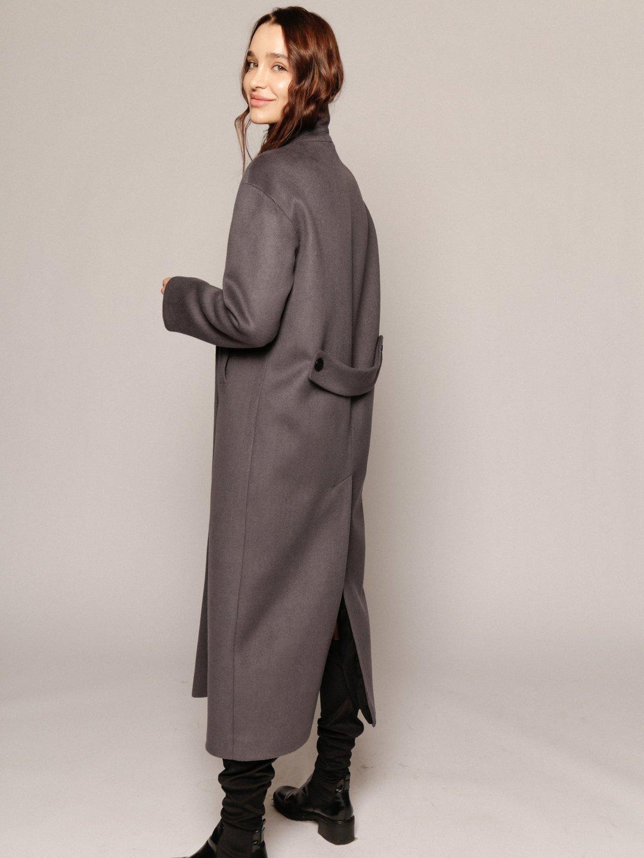 Утеплённое пальто с хлястиком в цвете дым_3