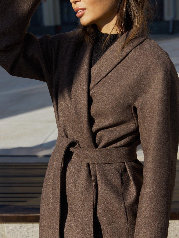 Утепленное пальто с воротником-шалькой в цвете табак_0