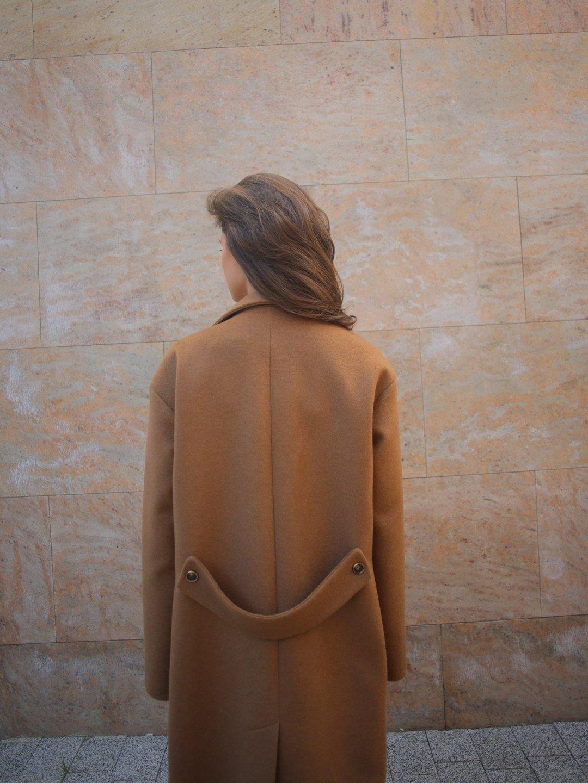 Пальто с хлястиком в цвете кэмел_4