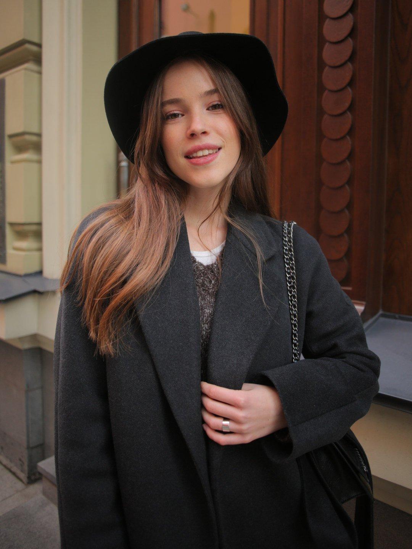 Утеплённое пальто c английским воротником в цвете графит_1