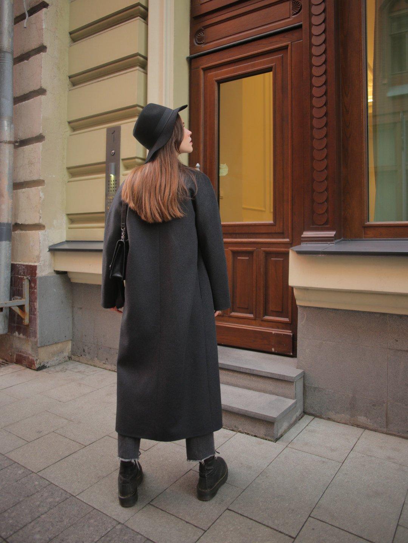 Утеплённое пальто c английским воротником в цвете графит_3