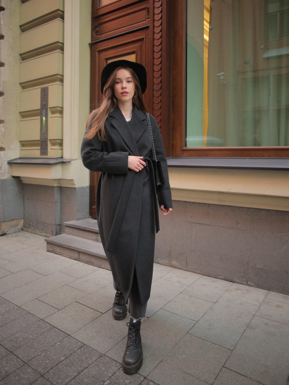 Утеплённое пальто c английским воротником в цвете графит_4
