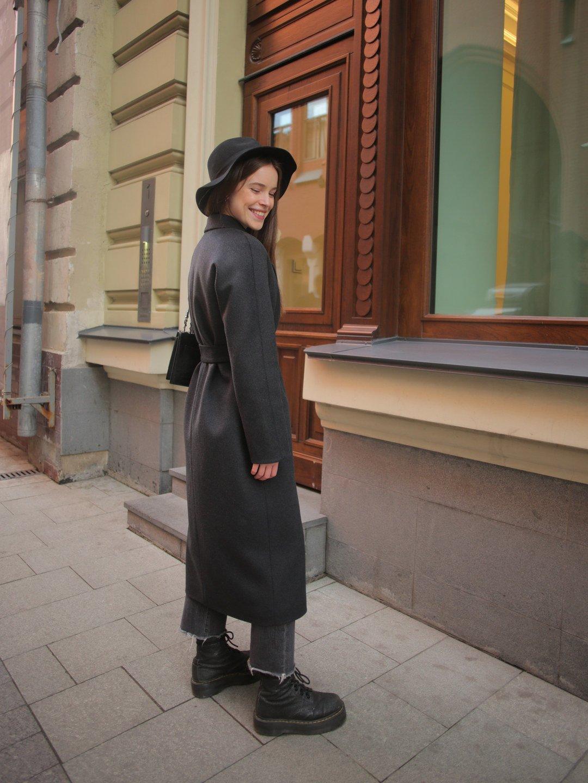 Утеплённое пальто c английским воротником в цвете графит_5