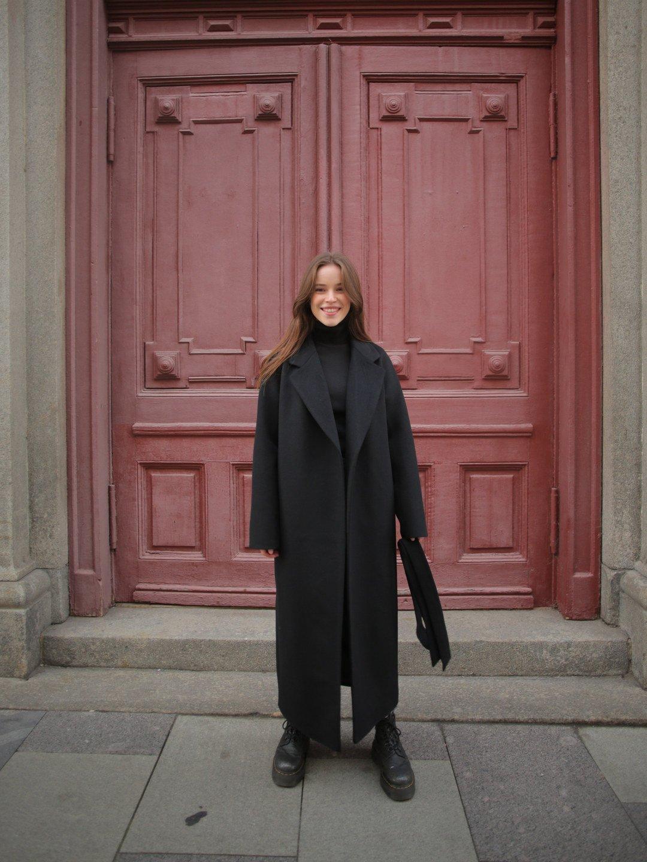Утеплённое пальто c английским воротником в чёрном цвете_2