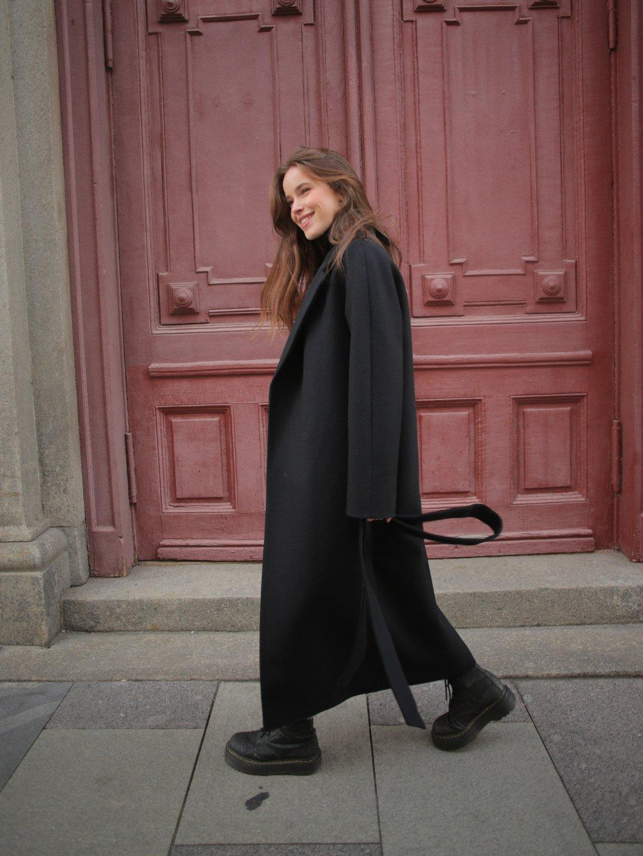 Утеплённое пальто c английским воротником в чёрном цвете_3