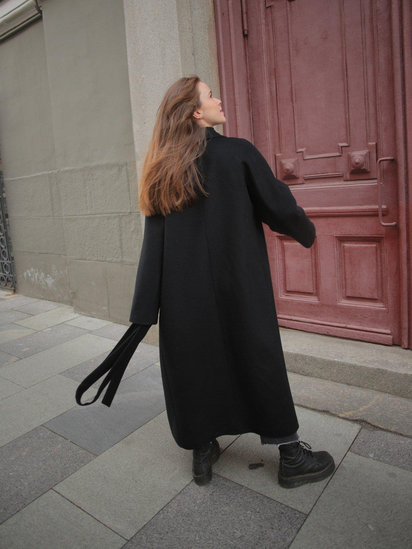Утеплённое пальто c английским воротником в чёрном цвете_4
