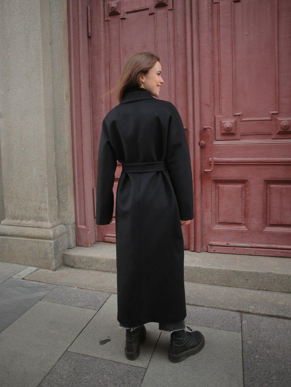 Утеплённое пальто c английским воротником в чёрном цвете_5