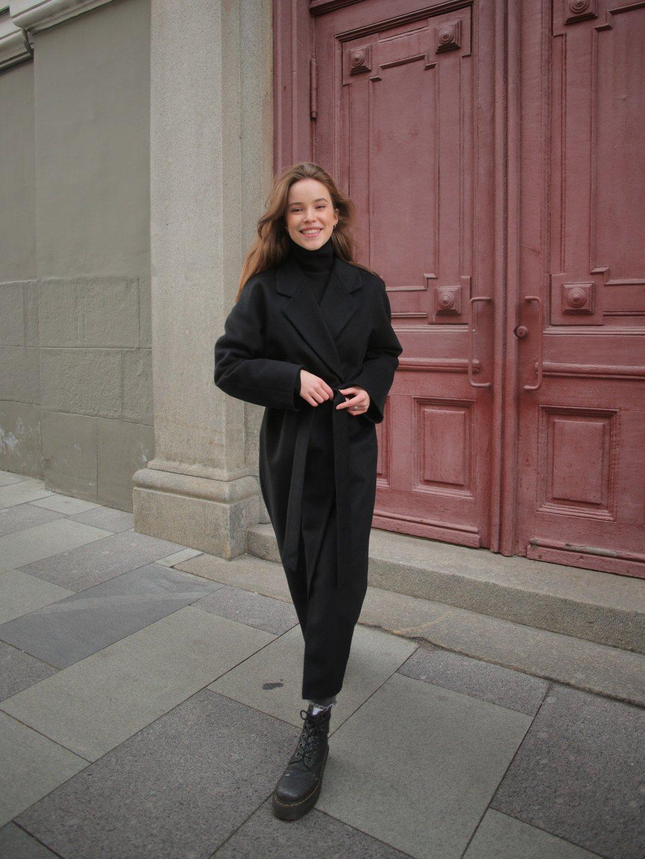 Утеплённое пальто c английским воротником в чёрном цвете_6