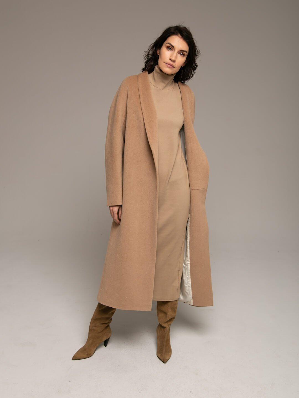 Утепленное пальто с воротником-шалькой в кремовом цвете_0