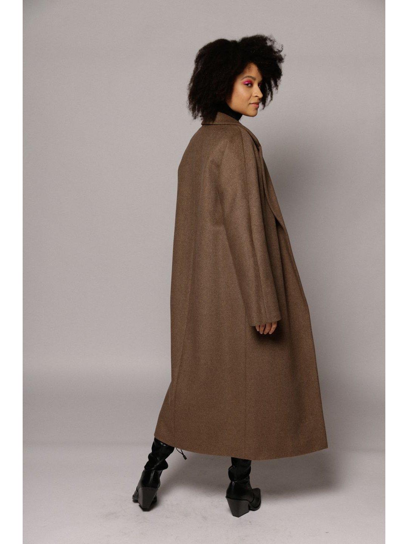 Утеплённое пальто c английским воротником в цвете табак_4