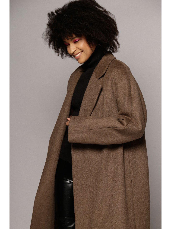 Утеплённое пальто c английским воротником в цвете табак_3