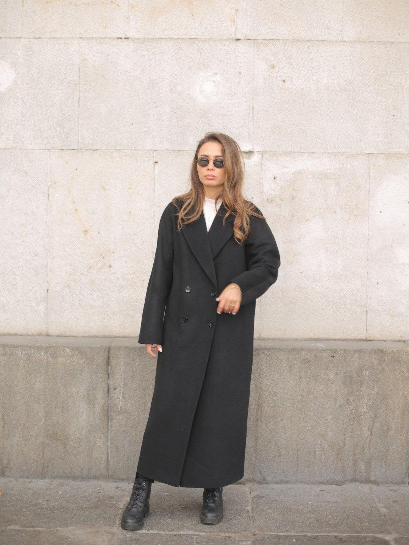 Утеплённое двубортное пальто в черном цвете_1