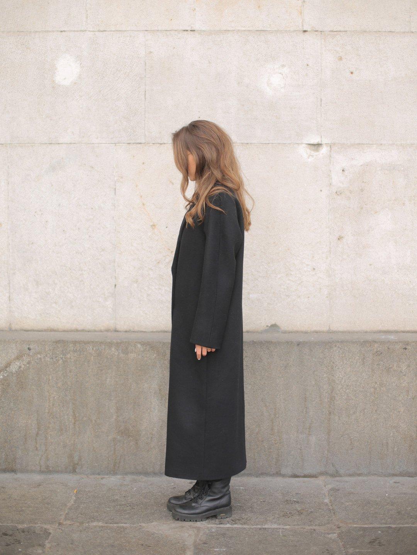 Утеплённое двубортное пальто в черном цвете_2