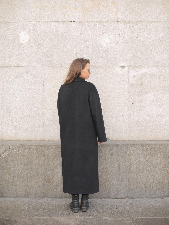 Утеплённое двубортное пальто в черном цвете_3