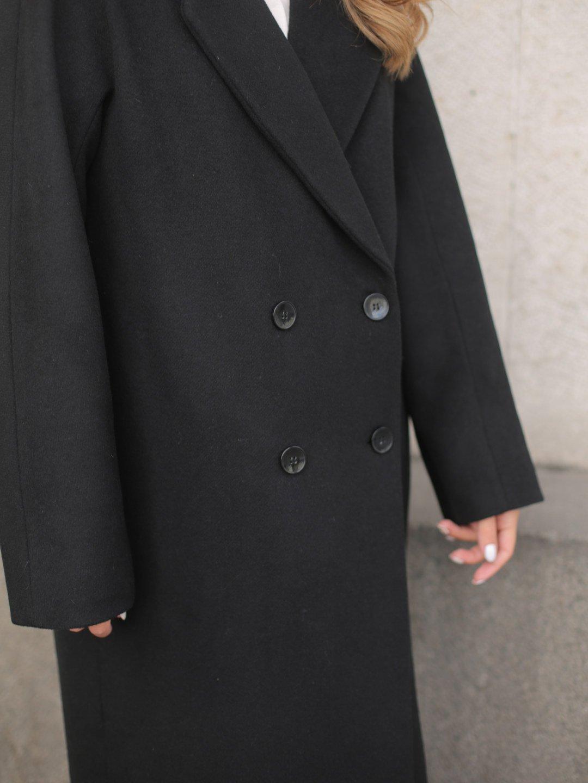 Утеплённое двубортное пальто в черном цвете_4