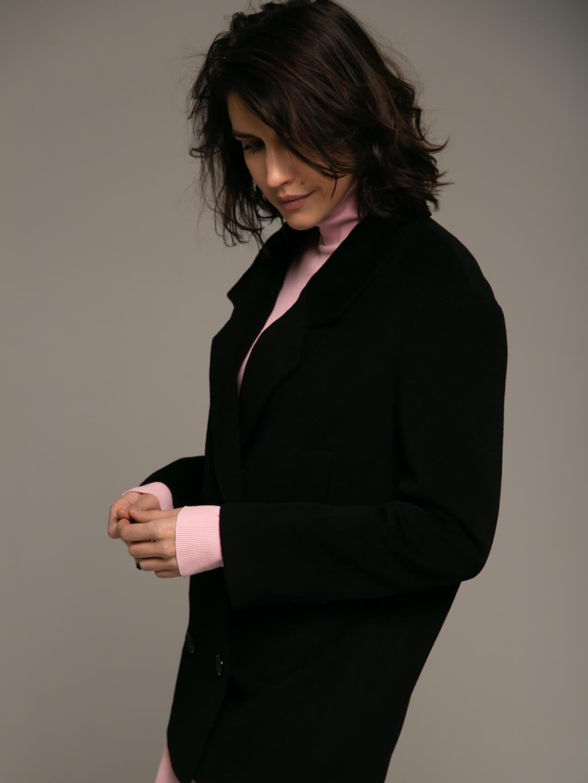 Утеплённое укороченное батино пальто в чёрном цвете_3