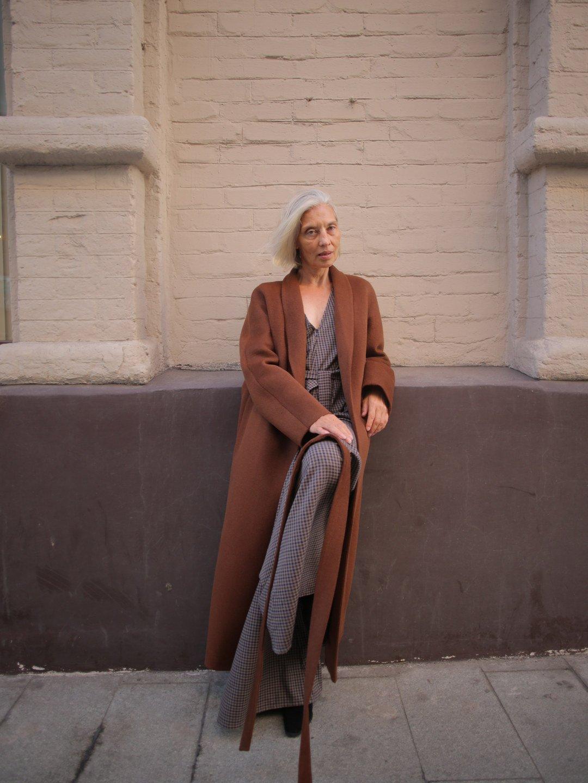 Утеплённое пальто с воротником-шалькой в цвете миндаль_3