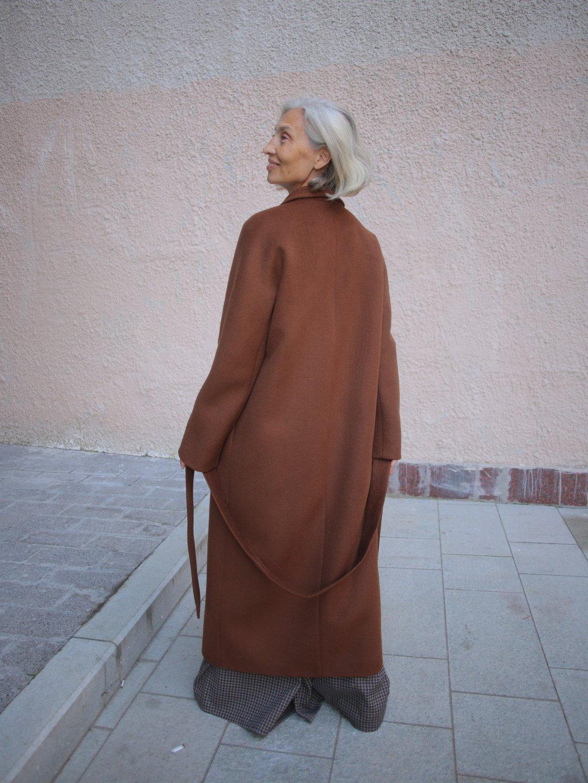 Утеплённое пальто с воротником-шалькой в цвете миндаль_4