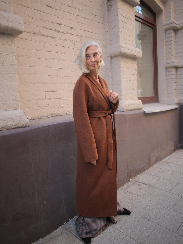 Утеплённое пальто с воротником-шалькой в цвете миндаль_5