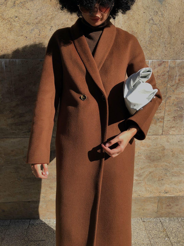 Утеплённое пальто с пуговицами и воротником-шалькой в цвете миндаля_1