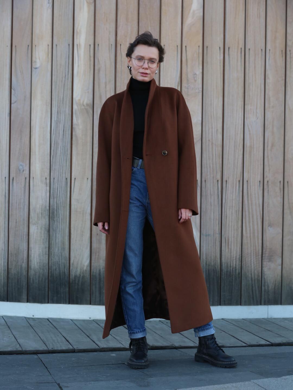 Утеплённое пальто с пуговицами и воротником-шалькой в цвете миндаля_2